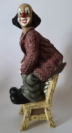 35427.A   Stuhlsitzer, rötliche Jacke   1994