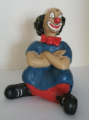 14116.A   Clown mit verschränkten Armen, Haare leicht gelblich   1987