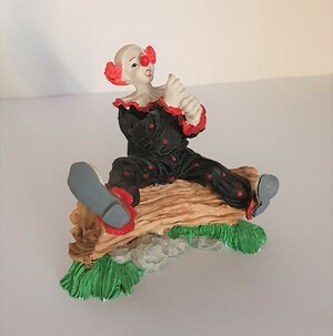 V 029   Clown sitzend auf Baumstamm