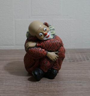 2692.80   Clown, sitzend, verschränkte Arme, rotes Kostüm