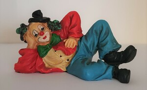 V 022   liegender Clown mit Hütchen