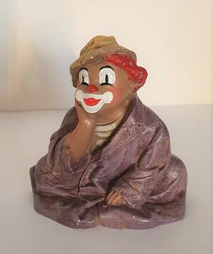 2831.80   sitzender Clown, lila Kleid und Hut   vor 1986