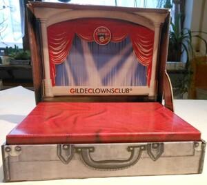 90157a   Dekokoffer mit Clown Bühne geöffnet