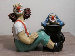 35293-1   Clown, sitzend, Zylinder zwischen den Beinen   1990